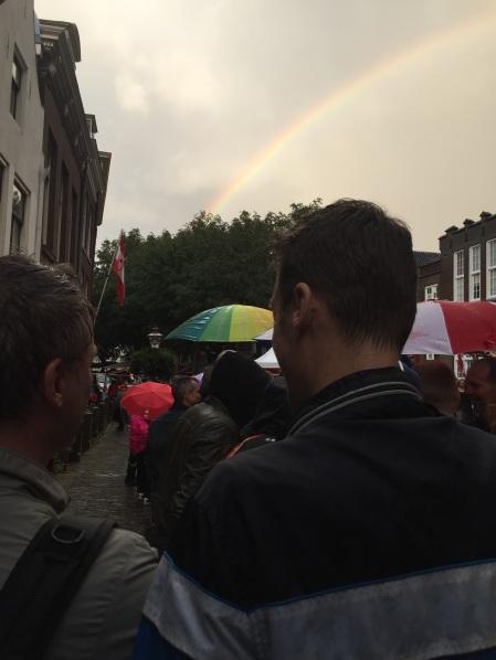 In de rij voor de Hutspotmaaltijd, met een echte regenboog