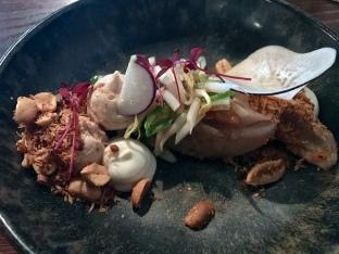 Rauwe makreel met pinda, lenteui, taugé en ramenas