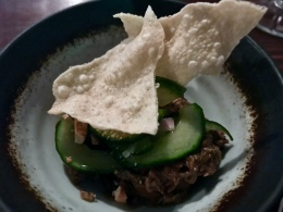 Gemarineerd rundvlees met boemboe en komkommer